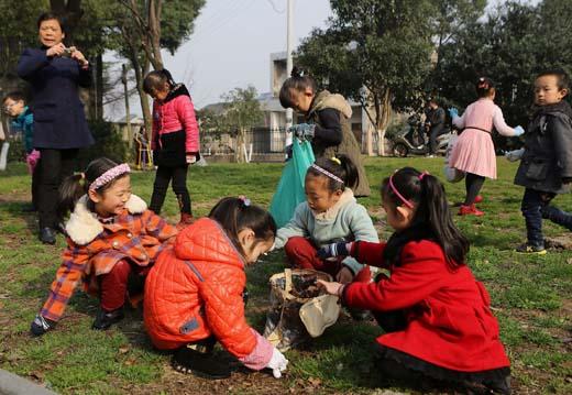 """慈溪新闻网讯 为了进一步学习和弘扬雷锋精神,从小树立学雷锋,做好事,为社会和他人服务的理念,培养少年儿童良好的行为习惯和道德情操。坎墩街道童望实验幼儿园开展了""""学习雷锋好榜样""""为主题的道德实践活动。3月5日一大早,幼儿园的小朋友在老师的带领下,随带工具,来到附近的公园拣垃圾,清洁周边环境,美化自己的家园,做个热爱劳动的小雷锋。图为活动场景。 通讯员 林松根"""