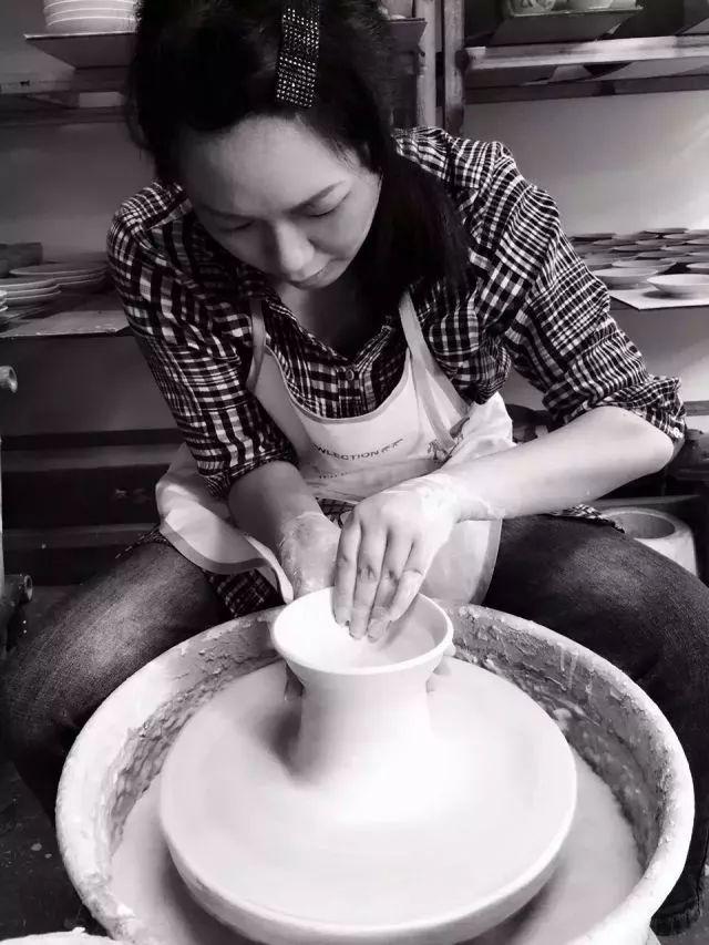先后深造于中国美术学院、景德镇陶瓷大学.-沈燕荣 青瓷才女的艺