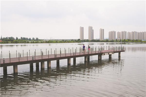 湖边的栈桥