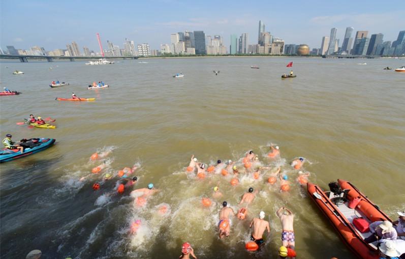 1500名游泳健儿横渡钱塘江