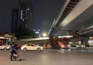 杭州邵逸夫医院旁边大货车把天桥撞塌了