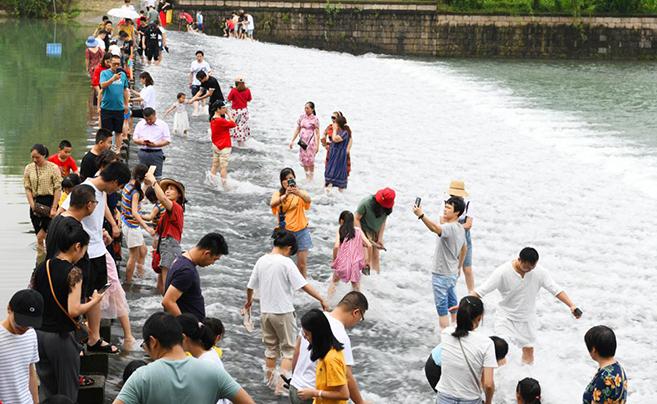 """网红""""龙鳞坝""""阿拉宁波也有 如今成游客消夏好去处"""