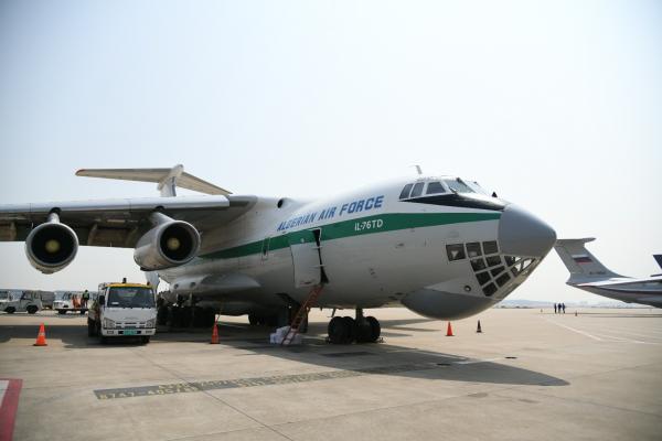 硬核自提!5架外国军机赴浦东机场抢运防疫物资