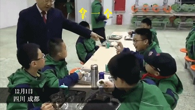 气场太强了!校长在清晨的食堂挨个让学生吃鸡蛋